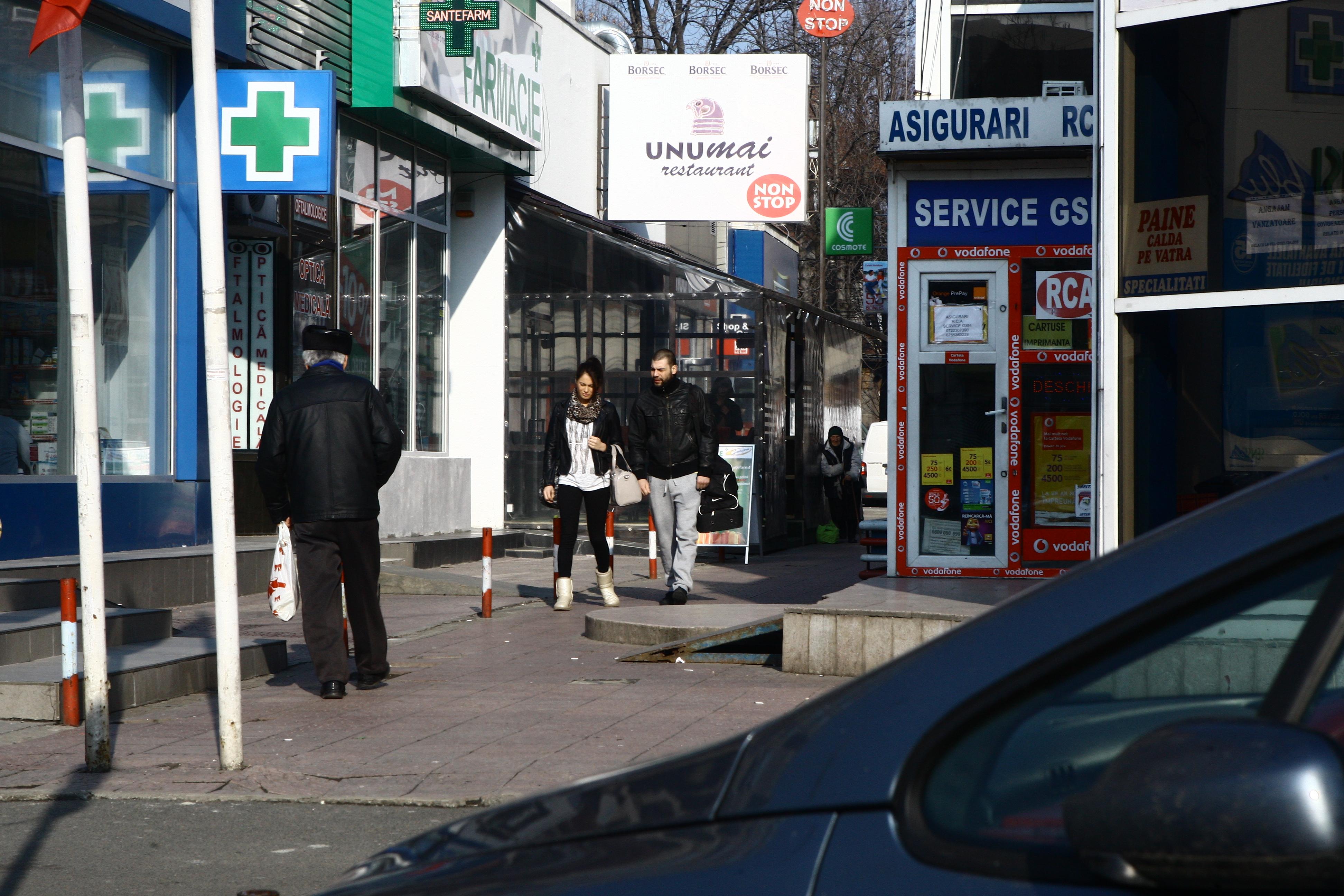 Raluka si Didier se uita in vitrina magazinelor alimentare, dar nu intra