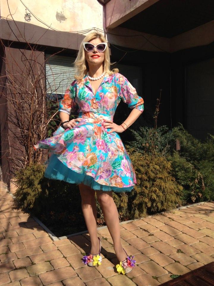 Loredana s-a costumat special pentru...primăvară! Vezi şi tu ce urări le-a făcut fanilor! Îţi place cum îi stă?