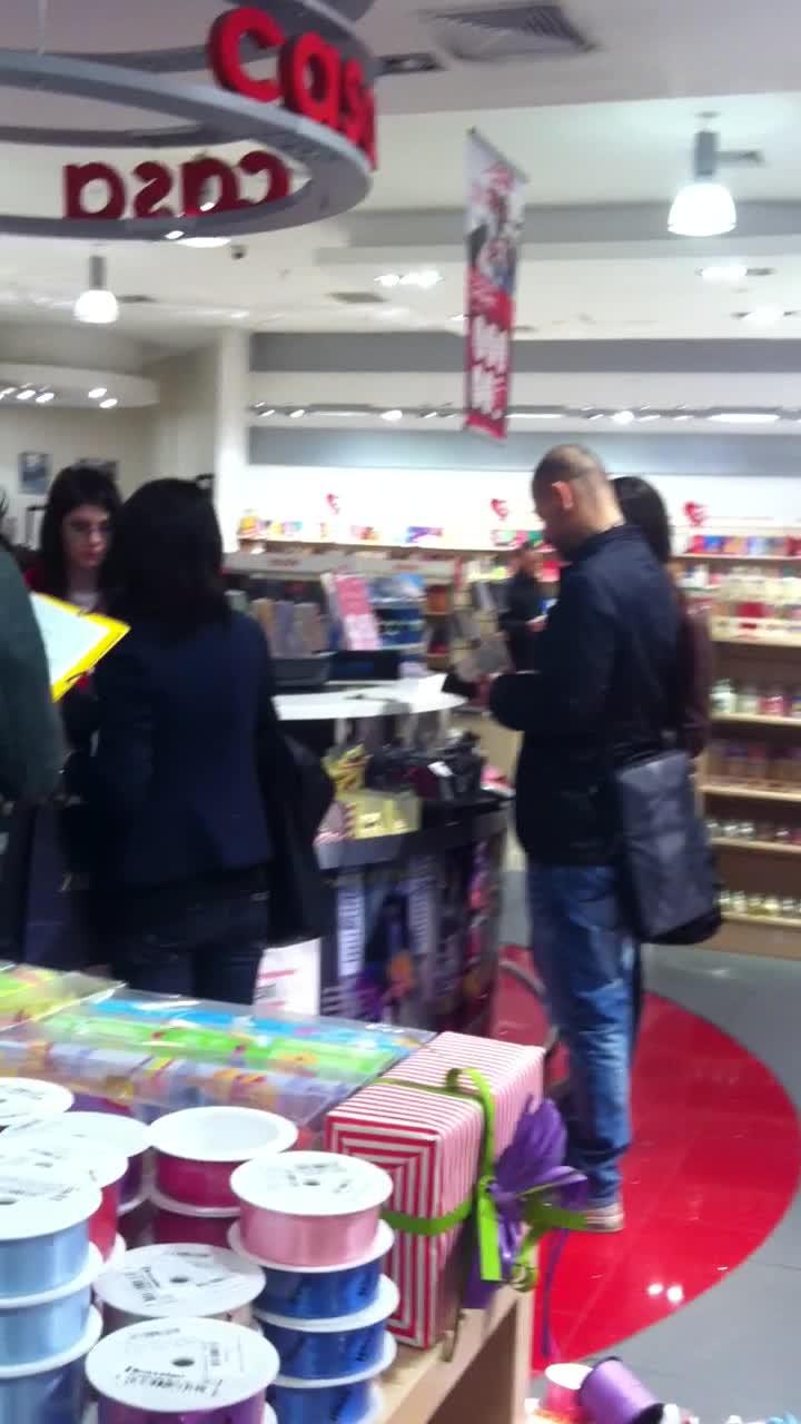 Vali a cumparat cateva carti dintr-o librarie din mall