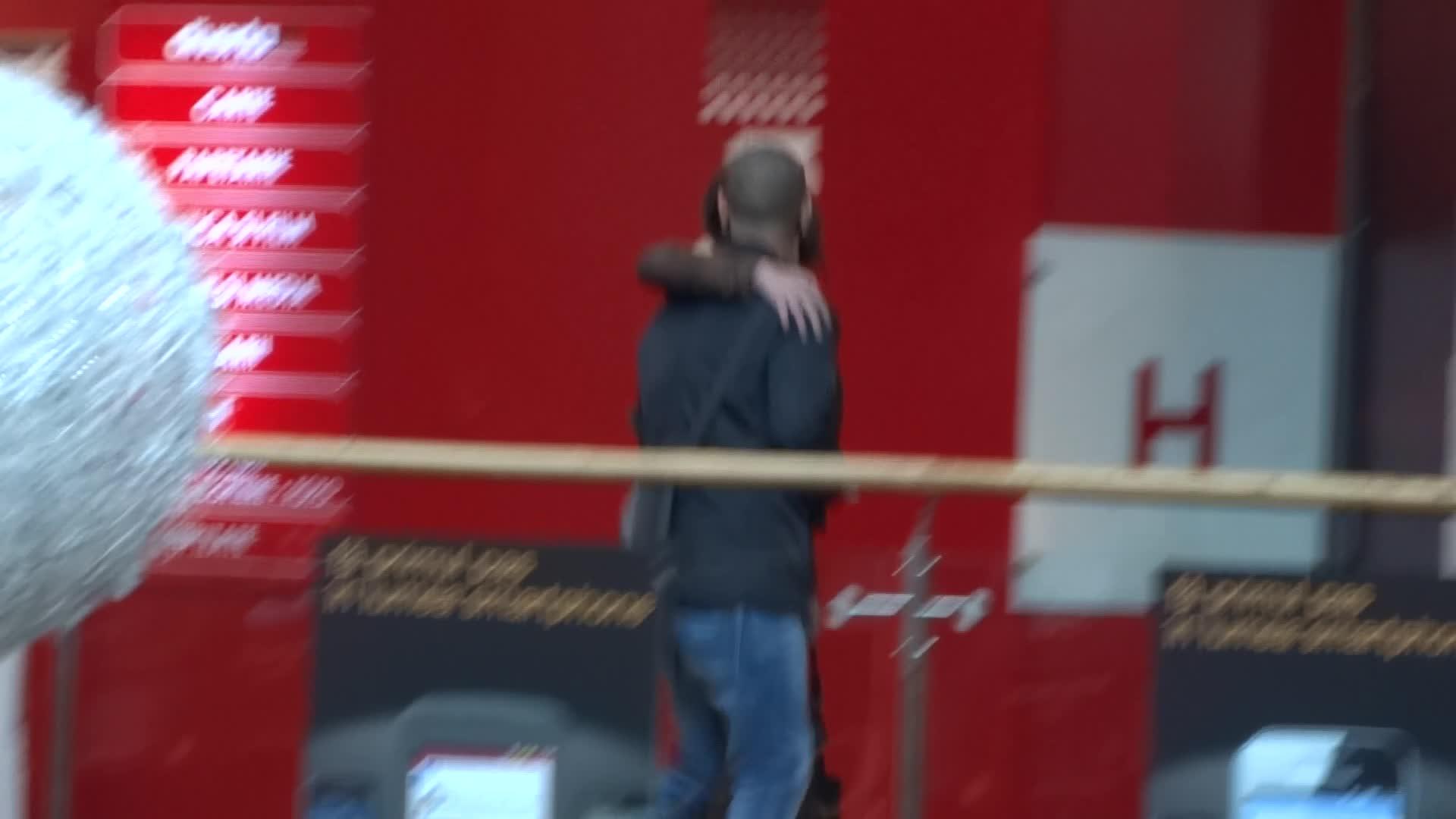 Vali si Denisa se imbratiseaza si se saruta in vazul tuturor
