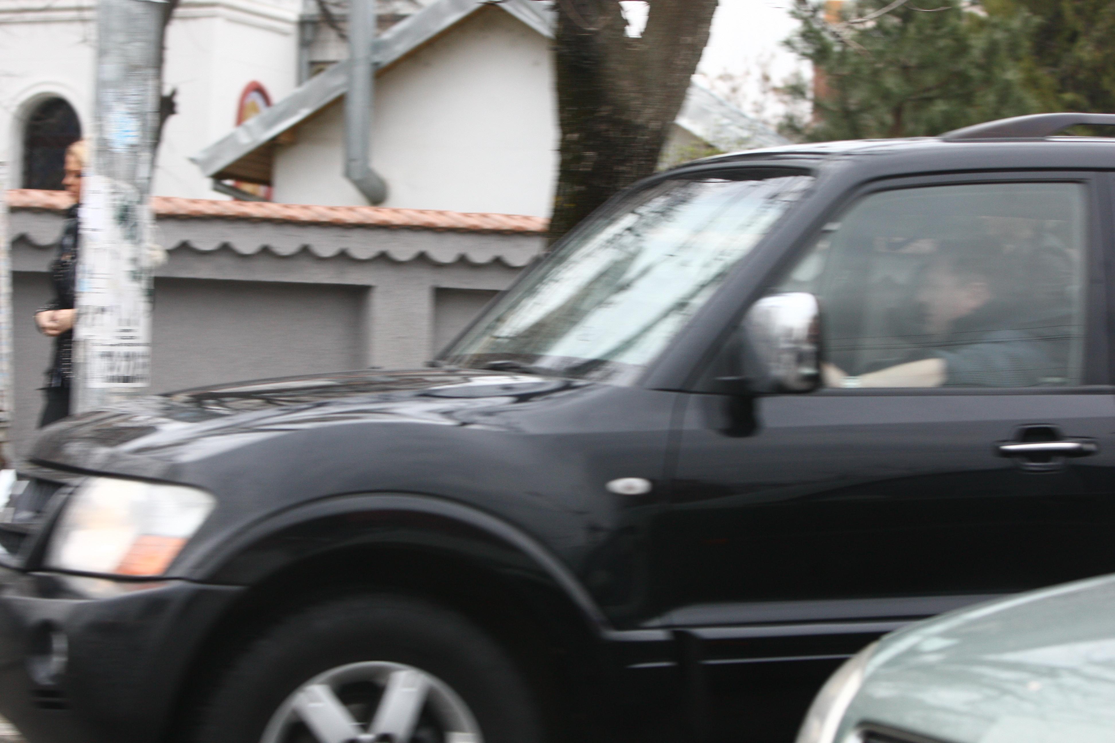 Radu Groza opreste masina pentru a o lasa pe jos pe iubita lui si prietena acesteia
