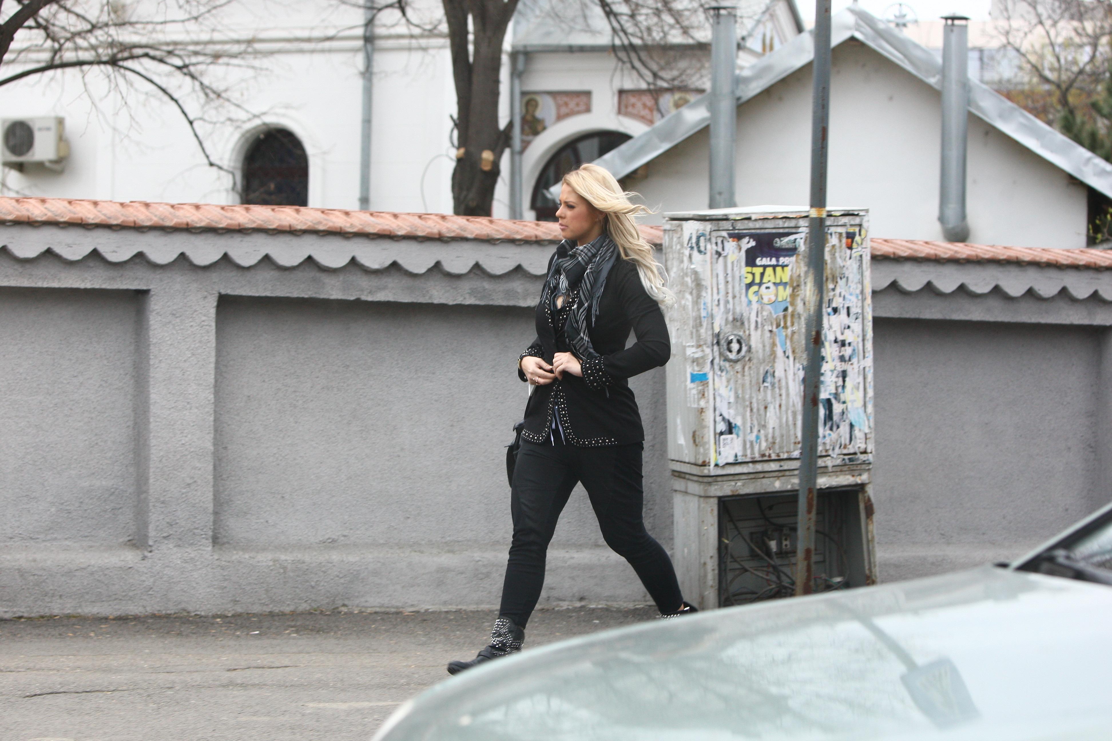 Blonda cobora suparata si pleaca de langa masina