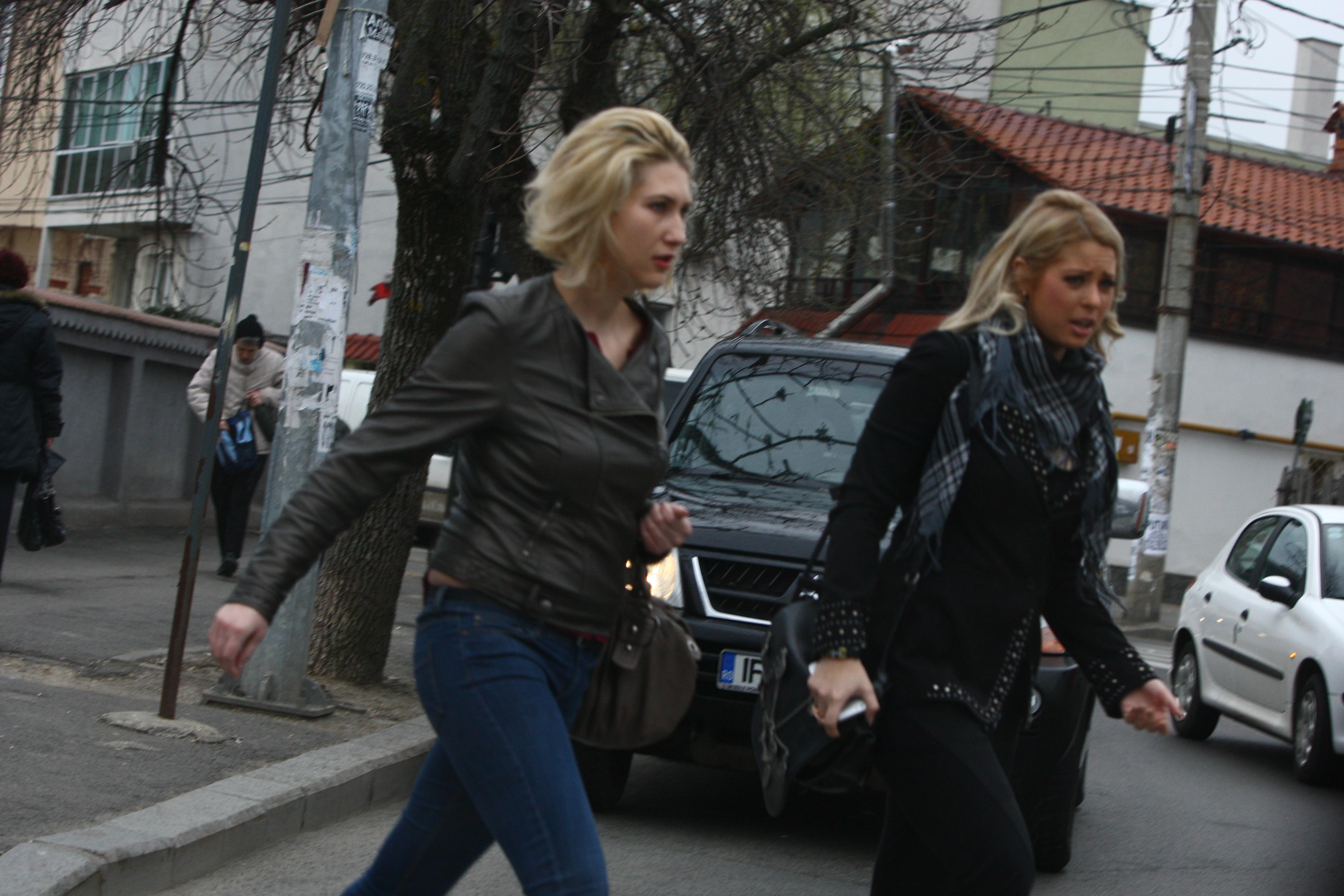 Cele doua prietene traverseaza strada, in timp ce Groza le privea din masina