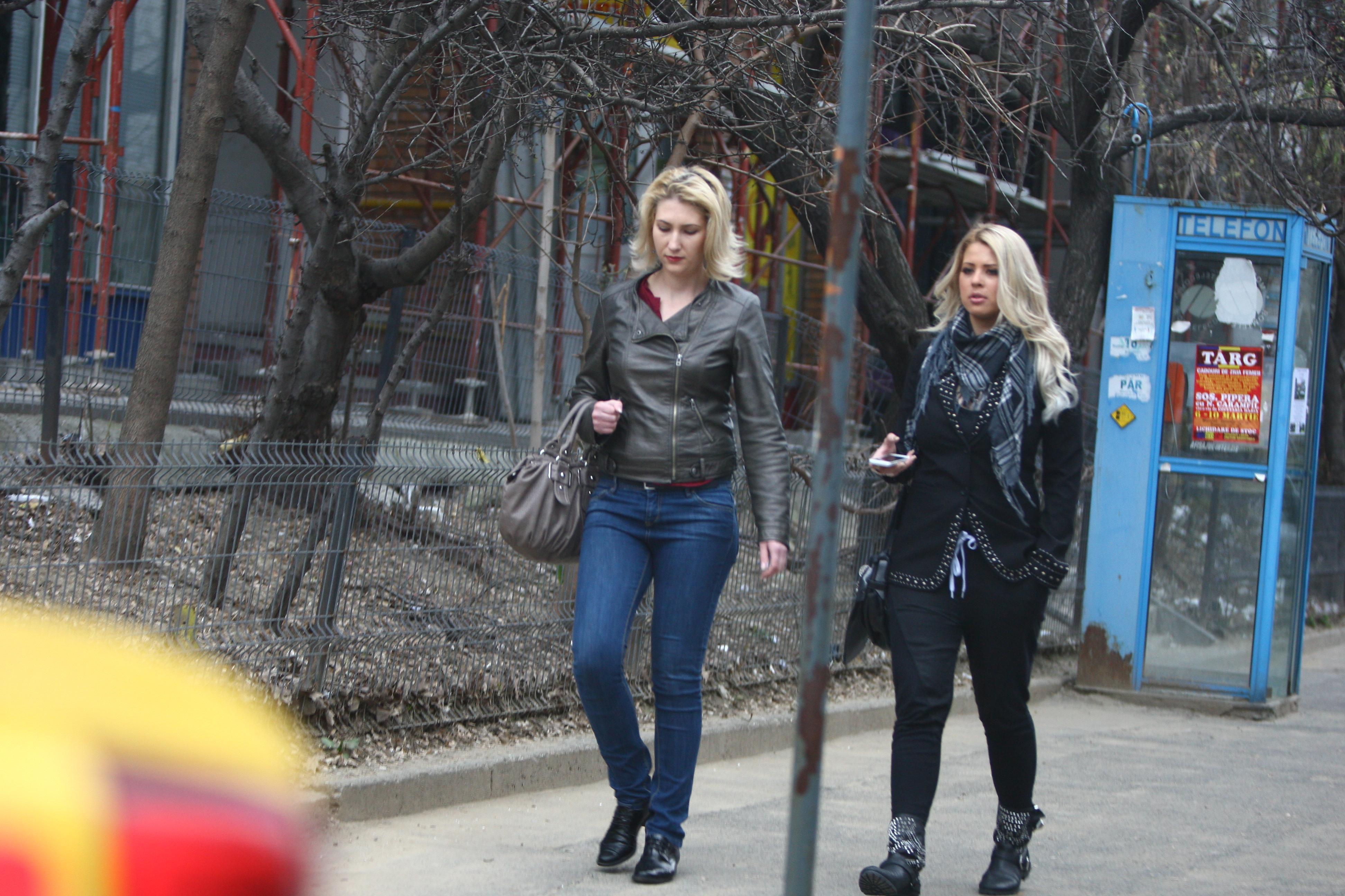 Cele doua blonde merg pe jos cautand o masina