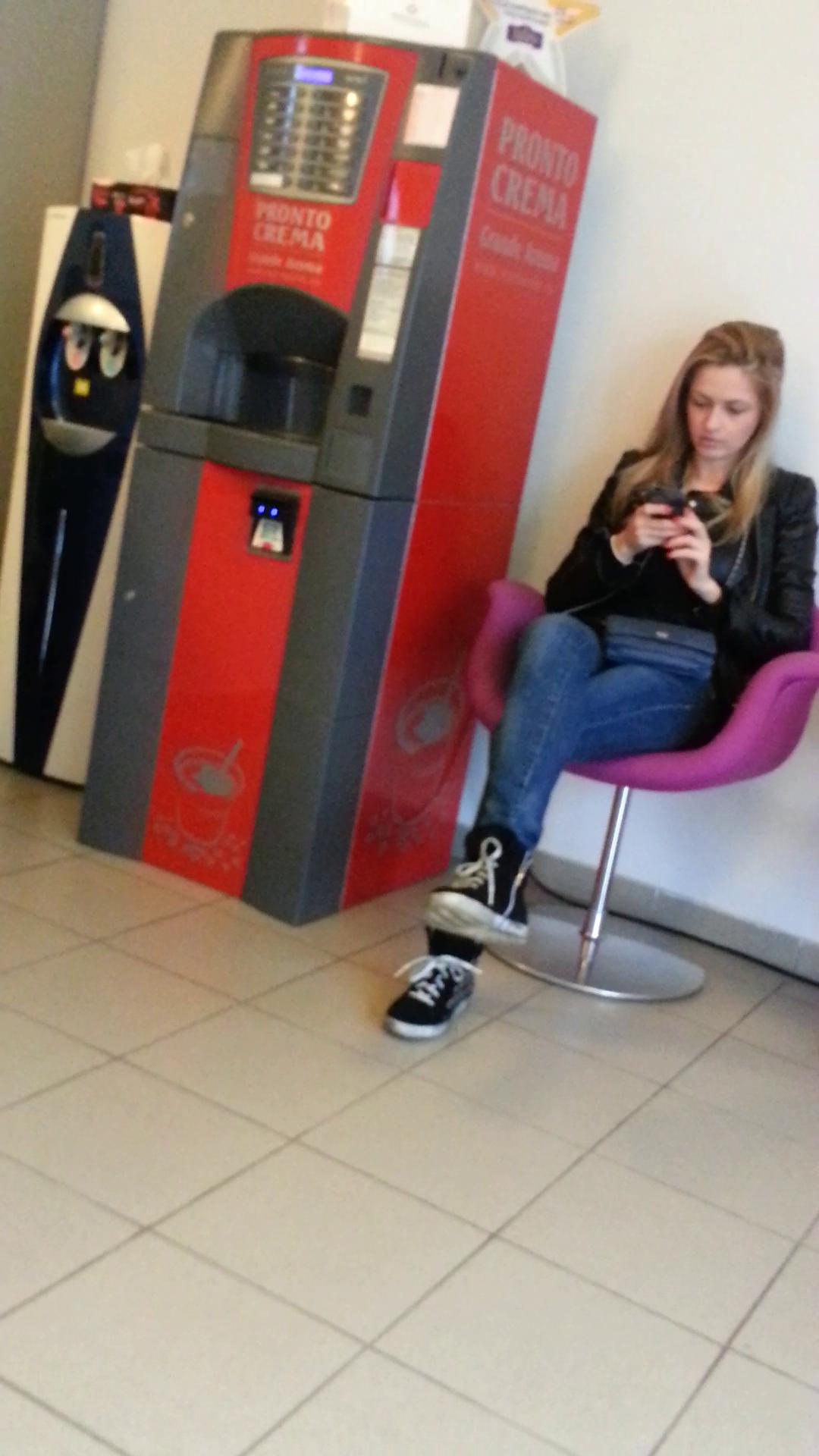 Pentru ca a ajuns cu cateva minute mai devreme, cantareata a asteptat in sala de asteptare, butonand telefonul mobil