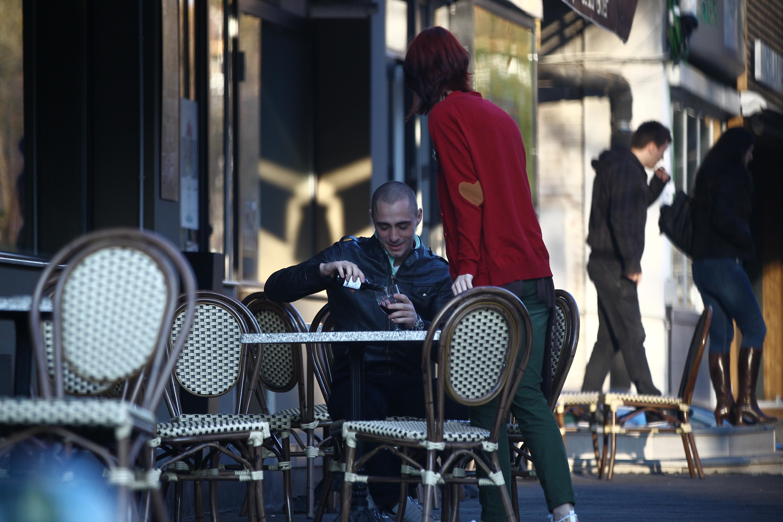Vladimir ia masa singur in oras si isi incepe pranzul cu un pahar de vin rosu
