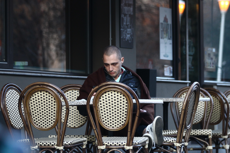 La un moment dat, lui Vladimir i se face frig si cere doua paturi ospataritei