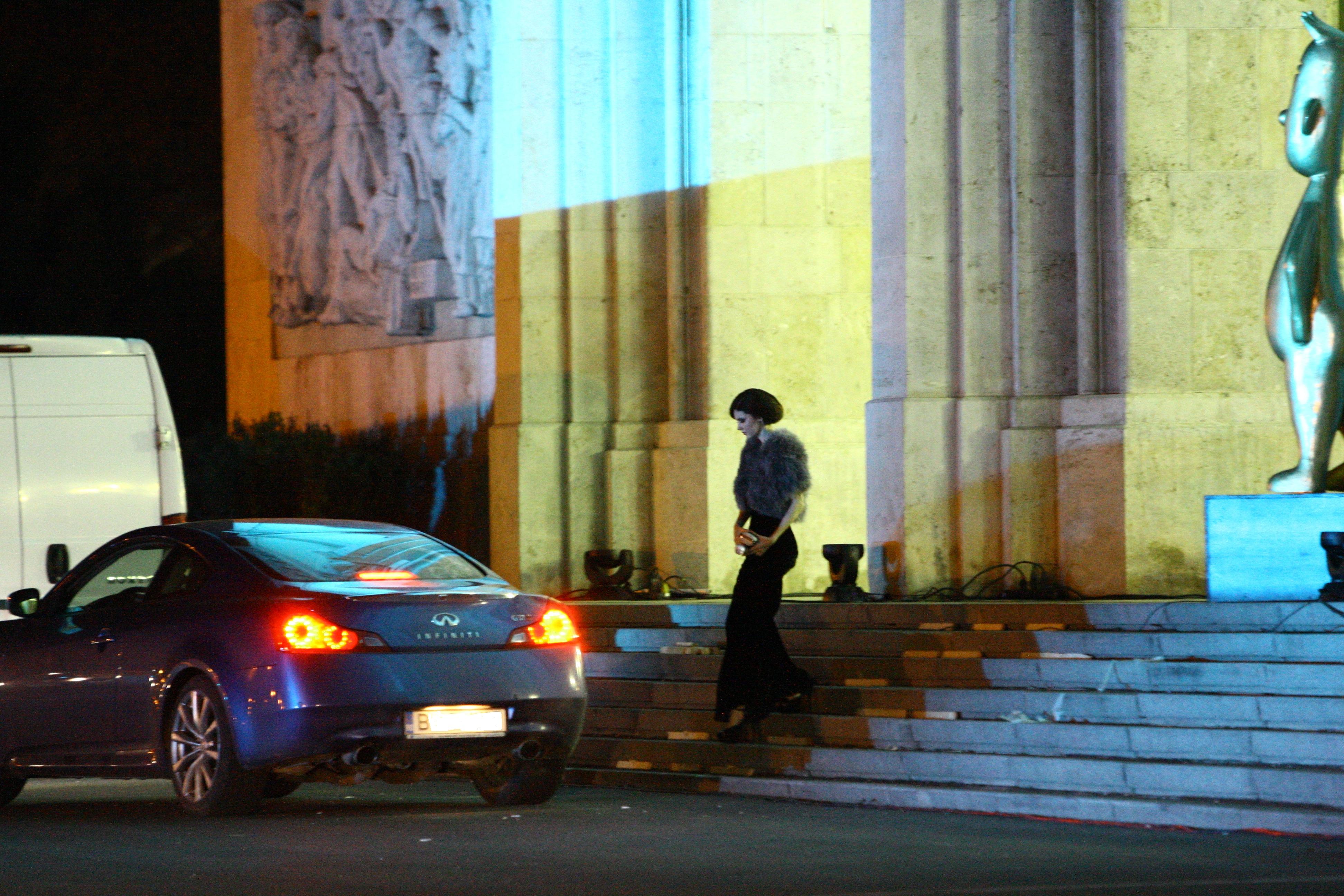Dupa ce si-a condus fosta sotie la masina, Stefan Lungu a venit la intrarea Operei pentru a o recupera pe logodnica