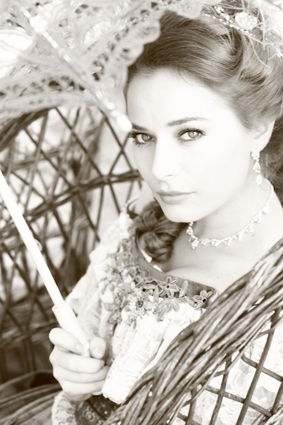 Laura Cosoi, in serialul ANiela care s-a difuzat la Acasa tv