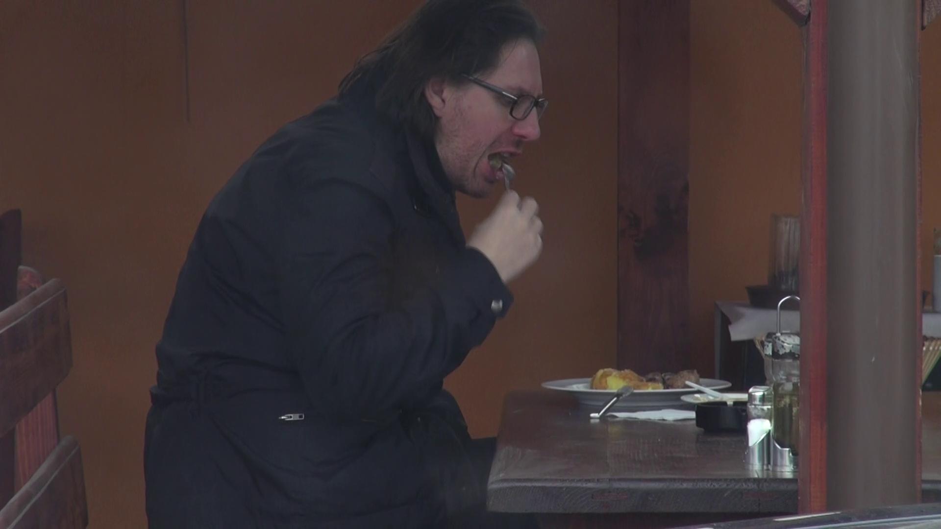 Barbatul a iesit singur la masa