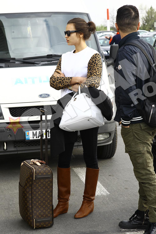 Inainte de a fi preluata de masina pusa la dipozitie de organizatori, Irina a asteptat cateva minute in fata aeroportului