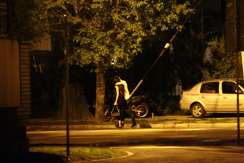 Cei doi indragostiti fac o plimbare pe jos, in loc sa ia un taxi, semn ca se simt foarte bine si nu se grabesc spre casa
