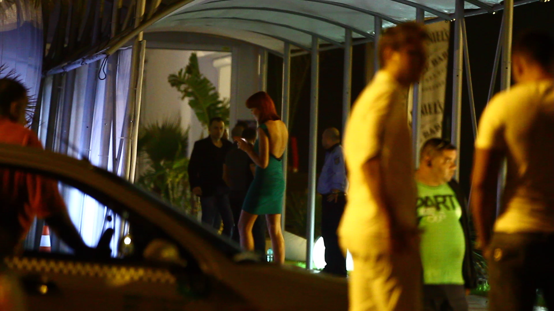 Fata se intaprce in club, iar actorul pleaca spre hotel