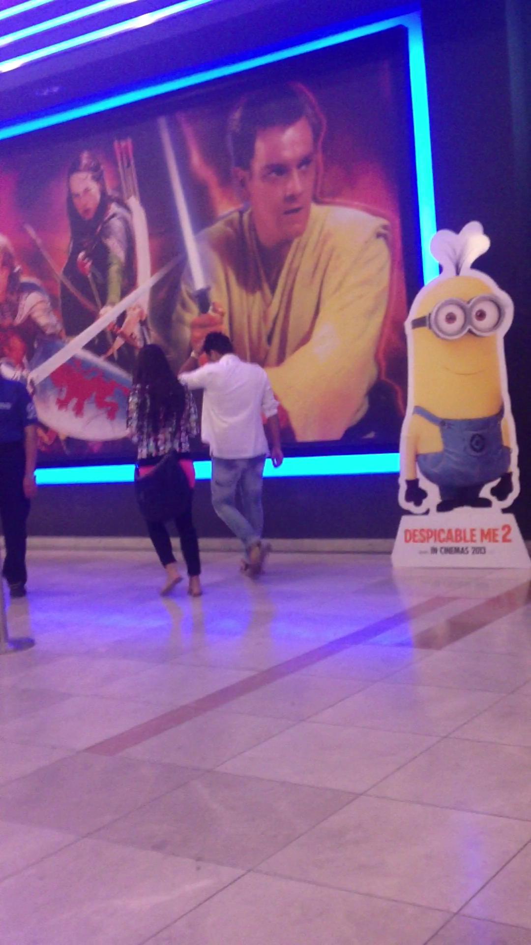 Cei doi se indreapta catre sala de cinema