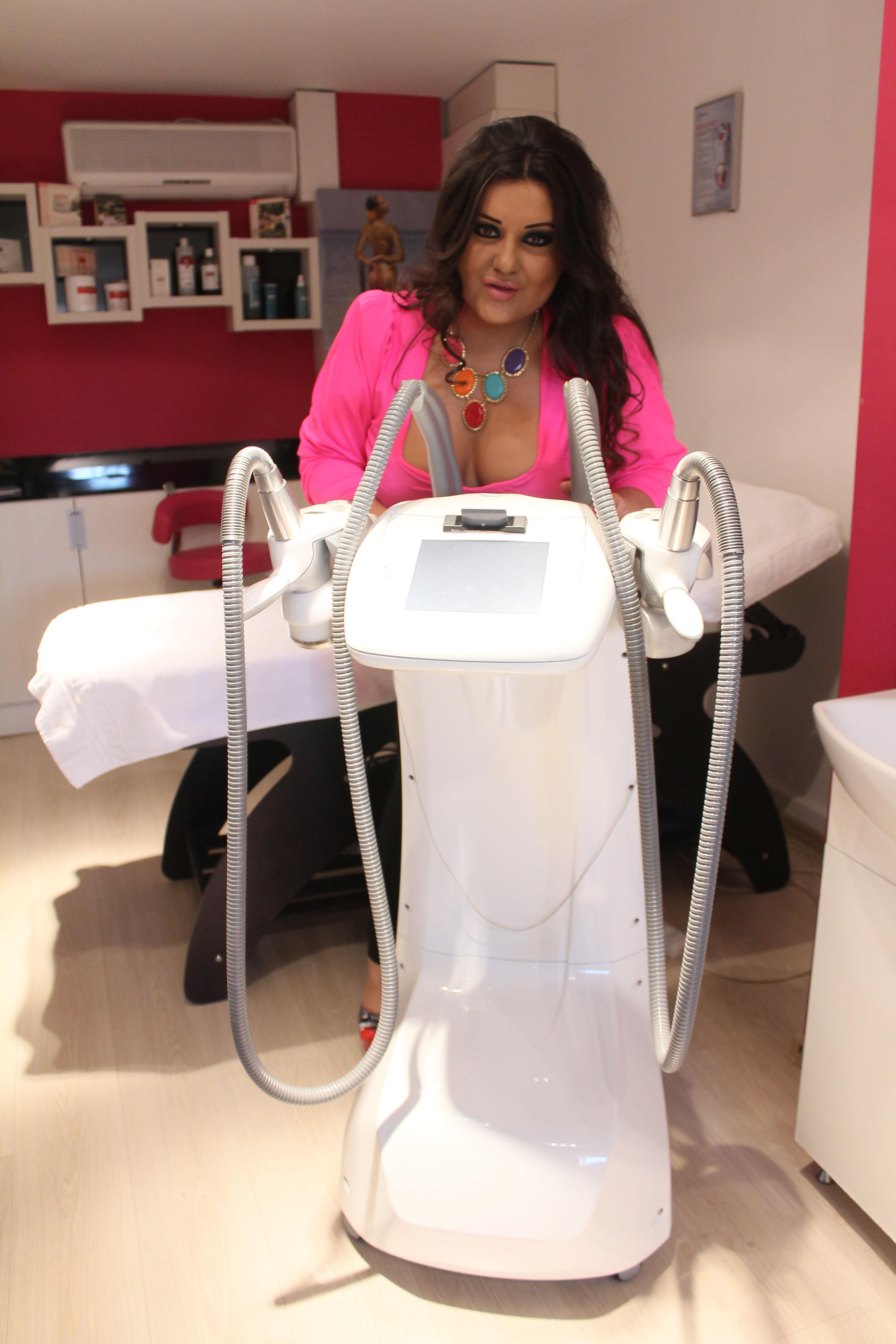 Bianca Rus merge de trei ori pe saptamana la salon pentru remodelare corporala