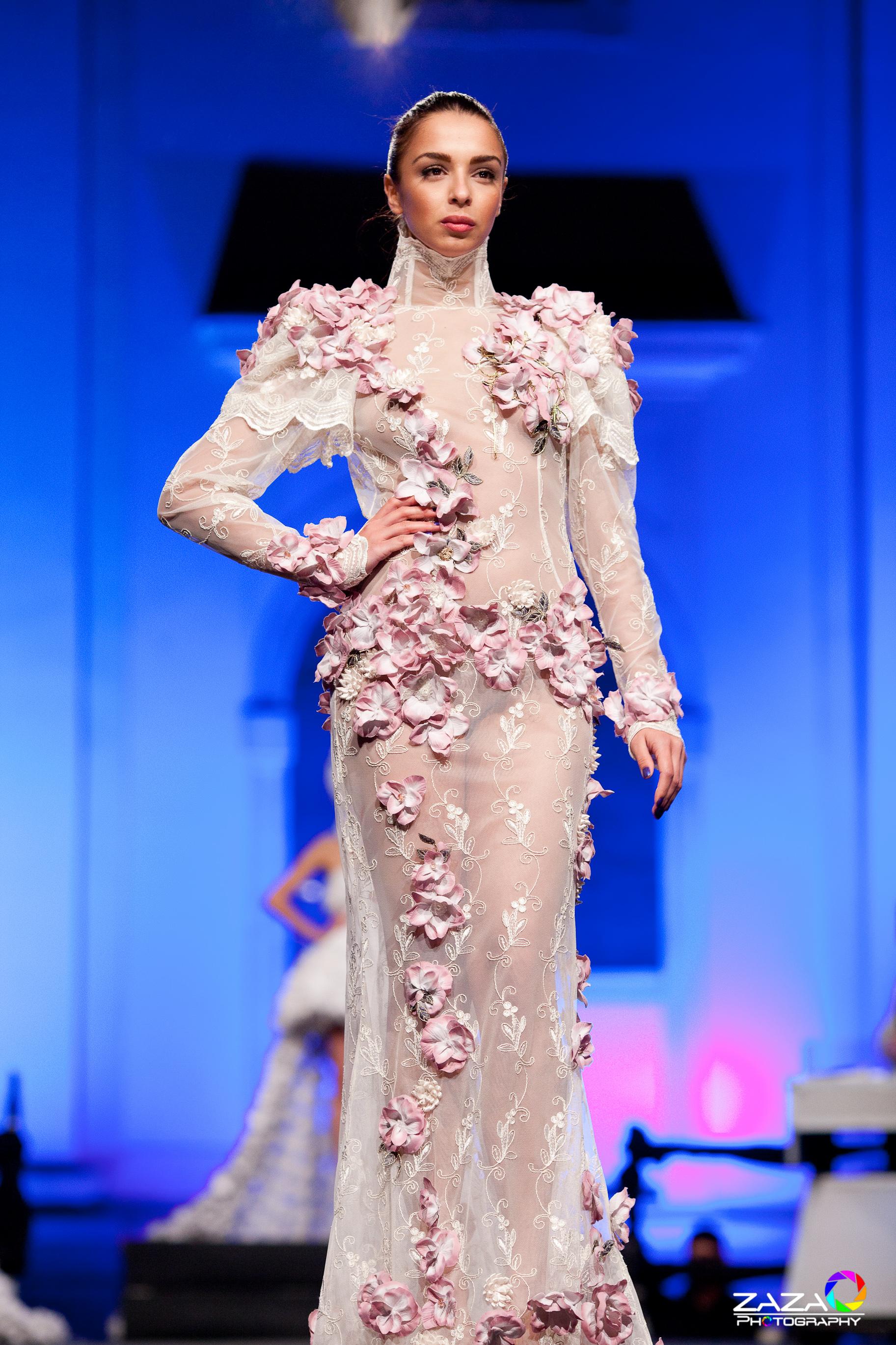 Dupa o perioada de pauza, creatoarea de moda a revenit pe podium cu rochii spectaculoase