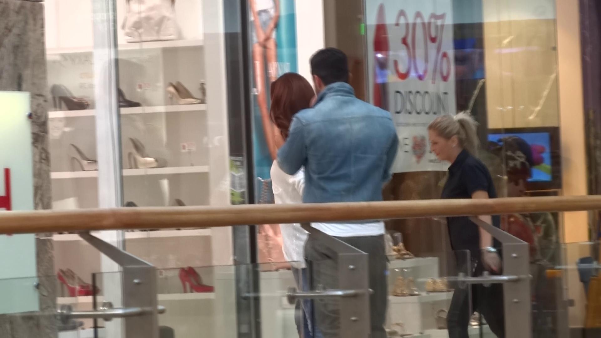 Bianca si Victor intra de mana intr-un magazin cu incaltaminte