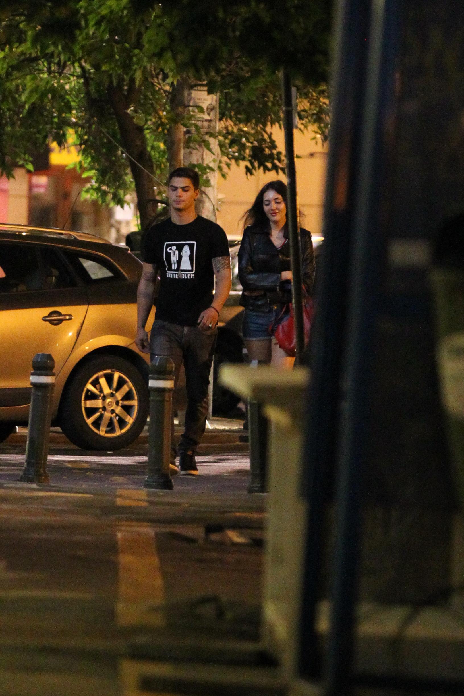 Demeter si partenera lui se plimba pe strada in miezul noptii