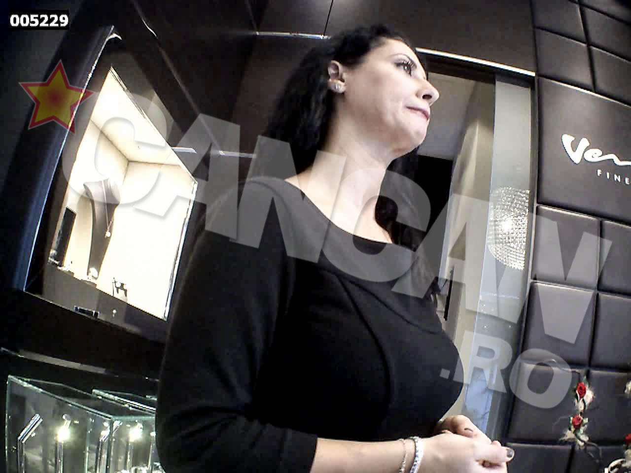 DEnise Iacobescu lucreaza ca vanzatoare intr-un magazin de lux, din incinta unui hotel bucurestean