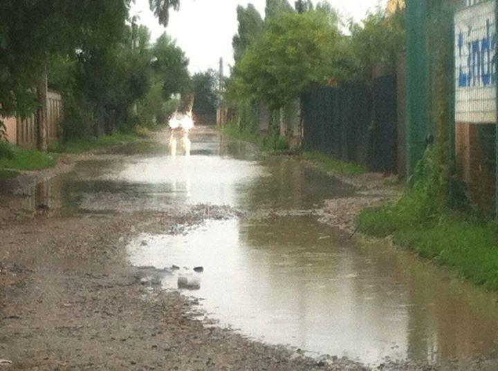 Ploaia de duminica a facut ca strada pilotului sa se transforme intr-o balta