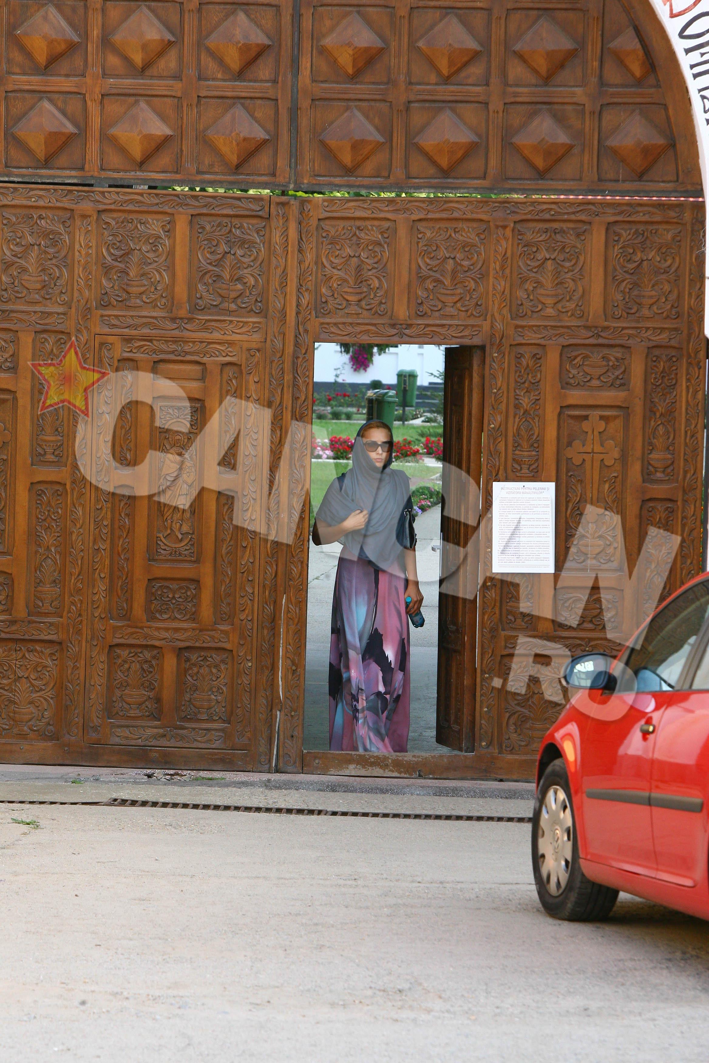 In timp ce Salman suferea o operatie in SUA, Iulia se ruga la Manastirea Ghighiu