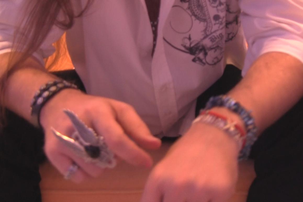 Rafael poarta la maini matanii din manastiri, combinate cu accesorii rock