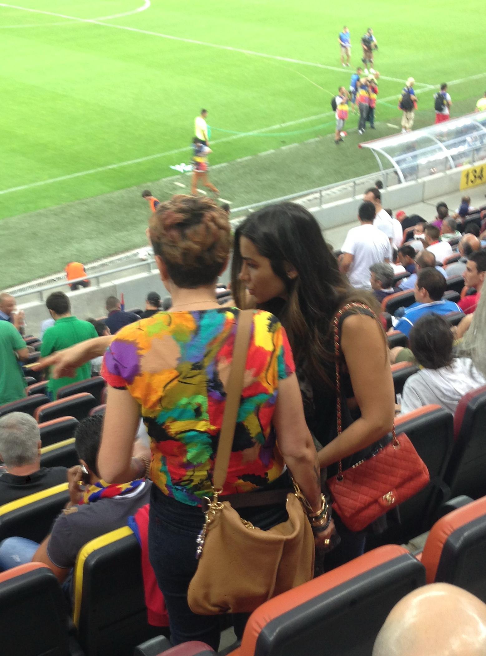 Bruneta nu s-a despartit de poseta nici in tribuna