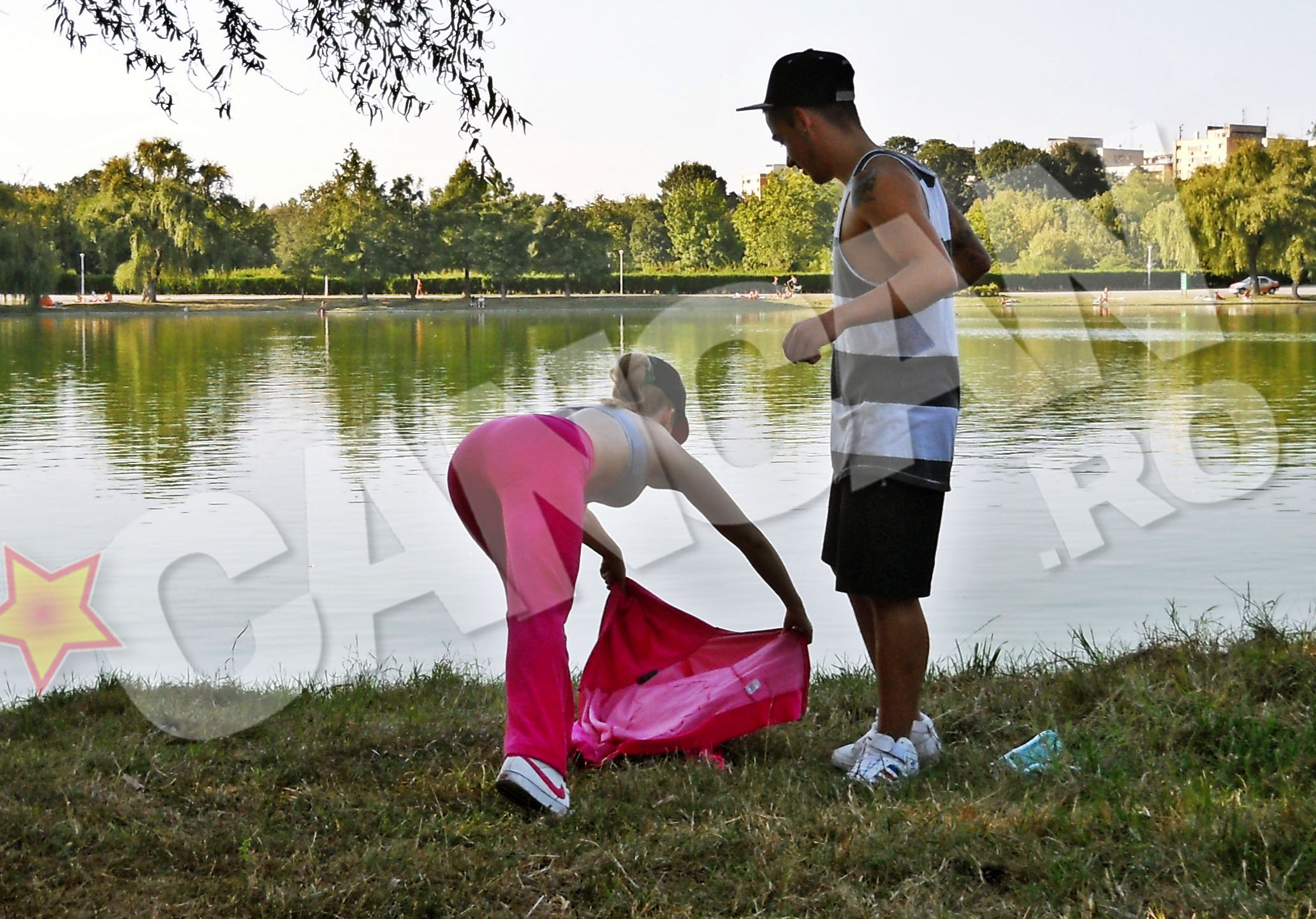 I-a oferit jacheta partenerului ei si l-a invitat sa faca flotari