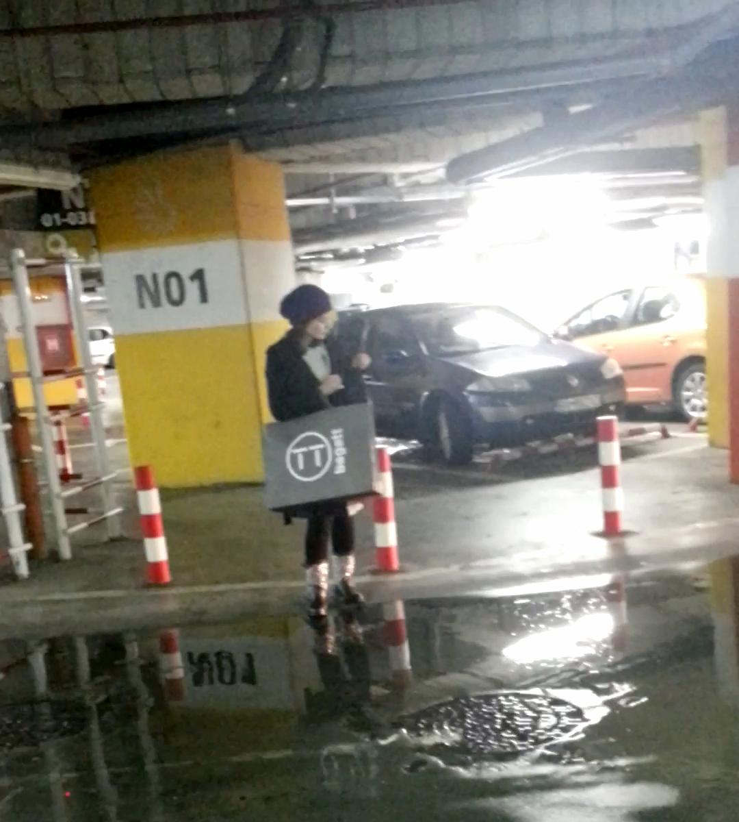 Dupa ce si-a cautat cheile in poseta, Oana Sarbu se indreapta linistita spre masina