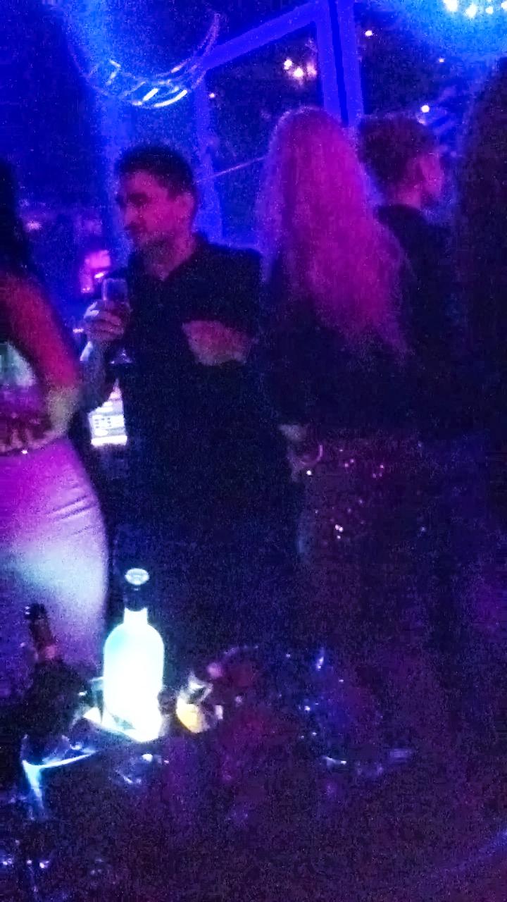 Nedespartit de paharul de sampanie, barbatul a dansat intreaga seara