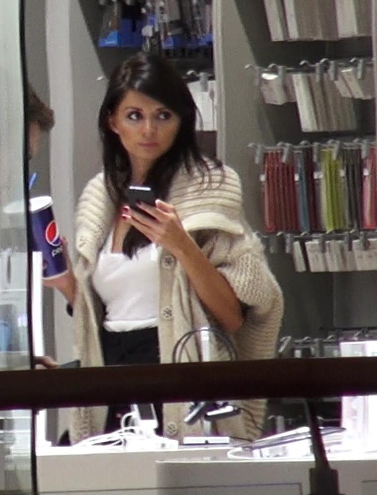 Albertina nu a lasat nicio clipa telefonul din mana si a privit tot timpul cu atentie in jur.