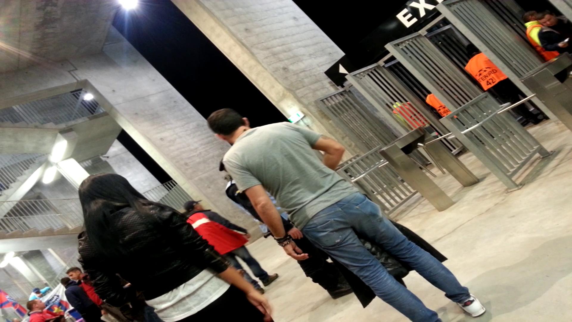 La intrarea pe stadion, Giovanni si-a dat geaca jos pentru ca iubitei prietenului sau ii era frig