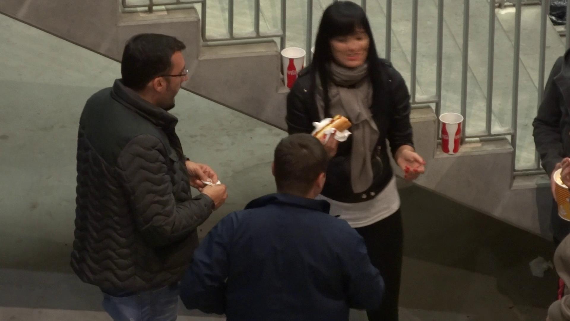 Fostul iubit al Ioanei Basescu le-a cumparat fetelor hot dog, floricele si sucuri