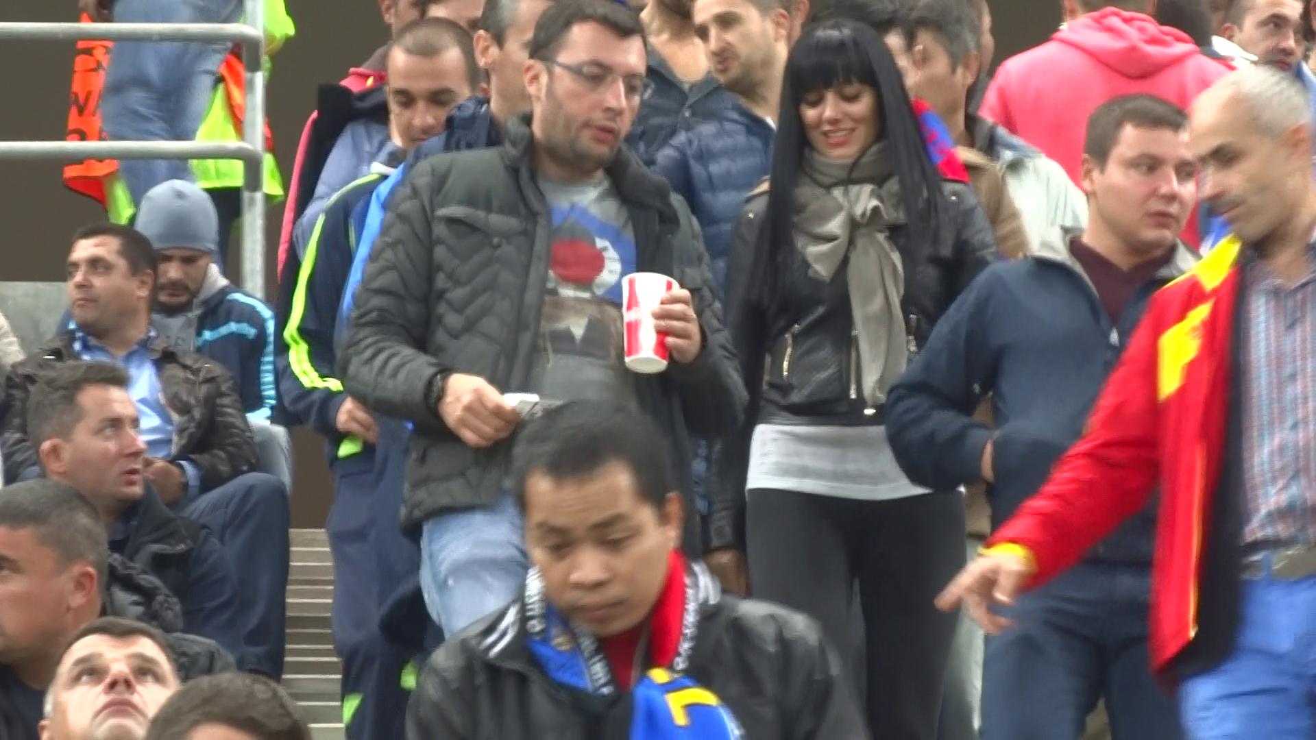La intrarea in stadion, Giovanni a luat biletele fetelor si le-a cautat locurile