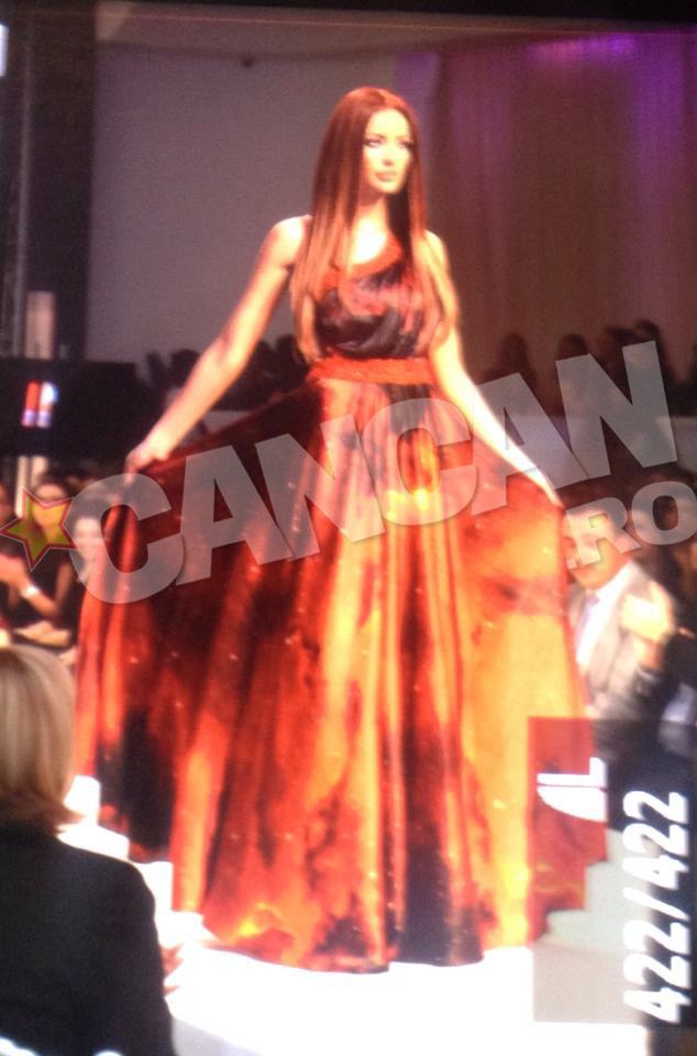 Bianca Dragusanu a fost analizată din cap până în picioare de către cei aflaţi la prezentarea de modă