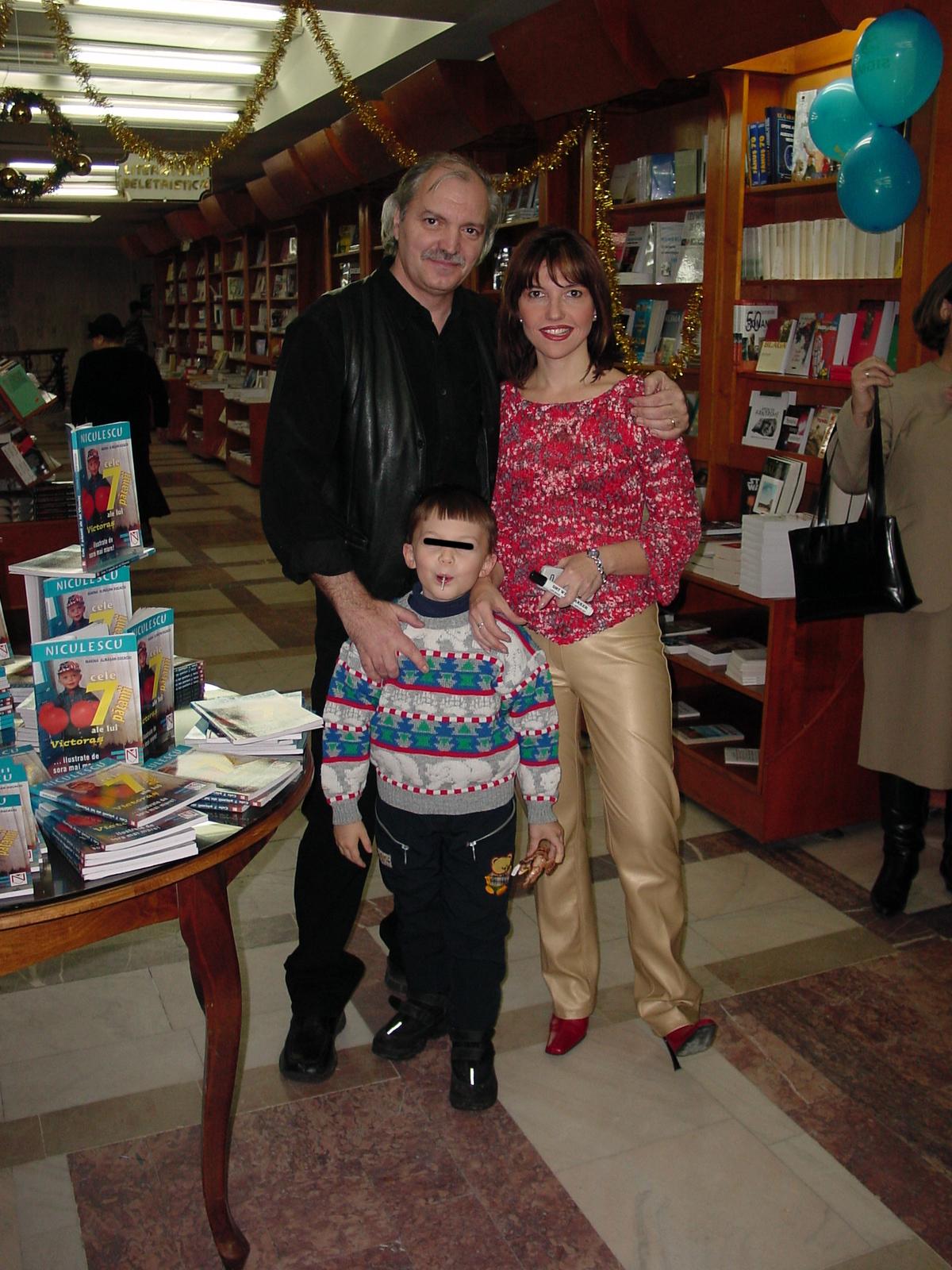 Pe vremea cand avea formau inca o familie fericita, Victor Socaciu, Marina Almasan si Victoras jr zambeau aparatelor de fotografiat