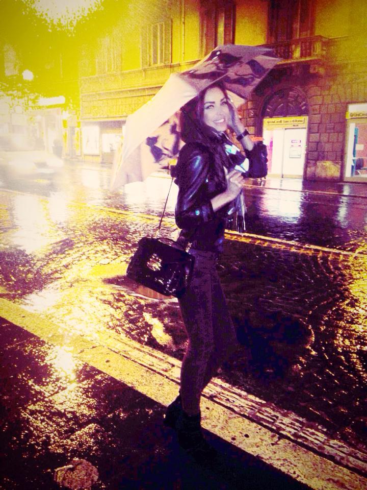 Roscata s-a plimbat prin ploaie pe strazile din Roma
