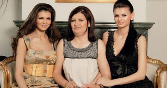 Ramona si Monica isi plang mama fara oprire si sunt hotarate sa respecte doliul cu strictete