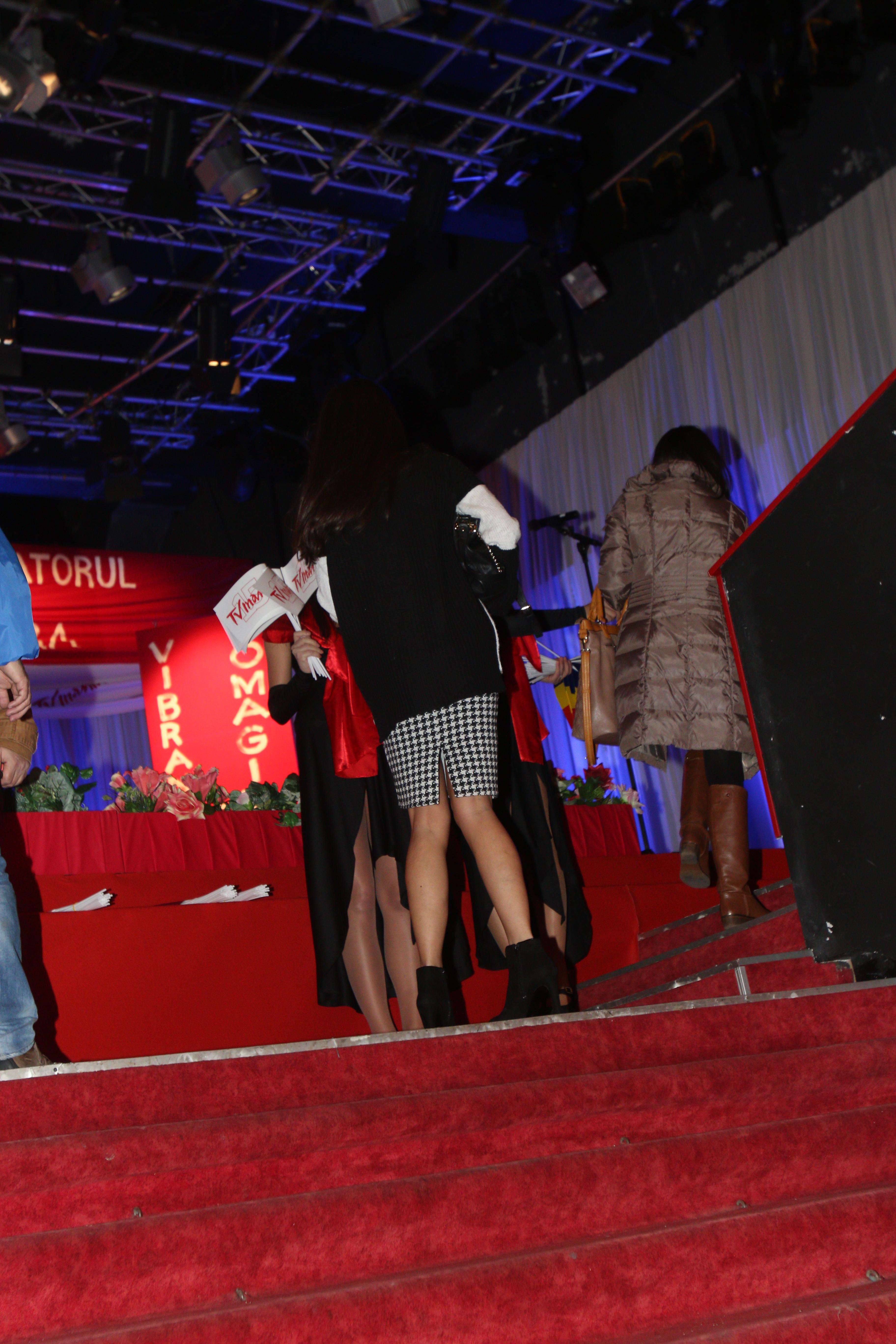 Cum a ajuns la teatru, Alina s-a dus tinta in sala, unde si-a cautat colegii