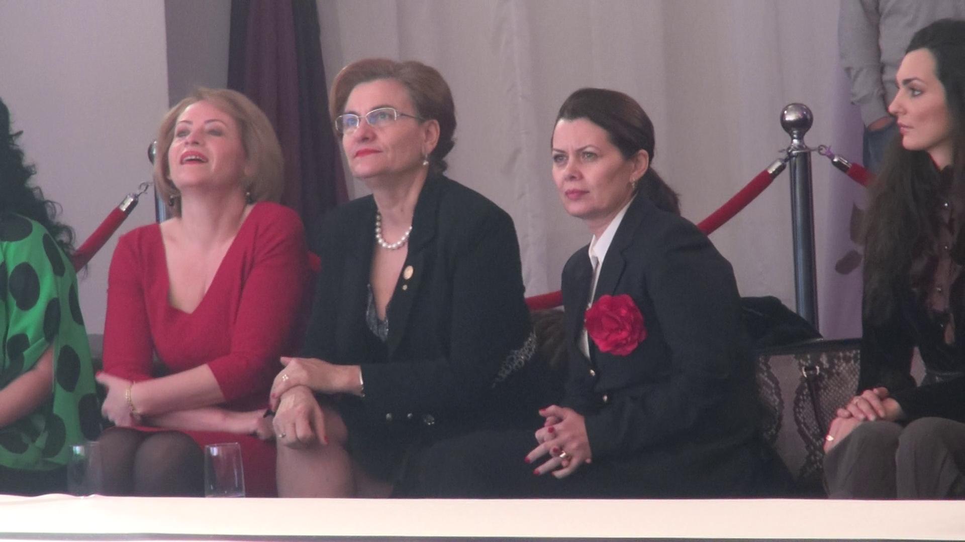Doamna Ministru a fost o prezenta extrem de eleganta la Bucharest Fashion Week
