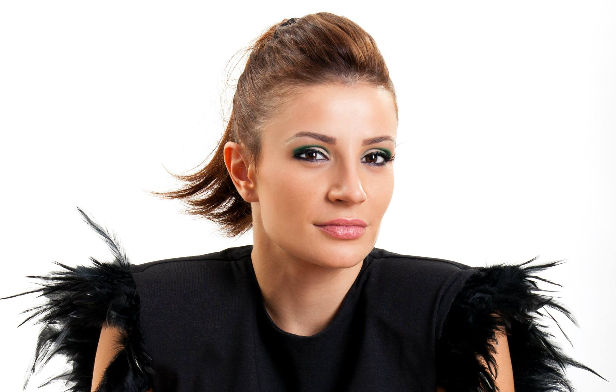 Daca, inainte, arata ca o tocilara, Anca Melinte este, acum, o femeie foarte frumoasa