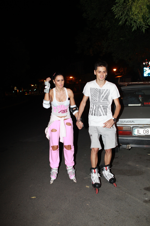 Oana Zavoranu iese noaptea cu rolele, insotita de iubitul ei, Razvan, care o sustine psihic...si fizic