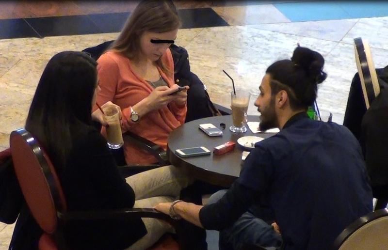 Artistul a inceput a tras de scaunul brunetei pentru a o aduce mai aproape de el