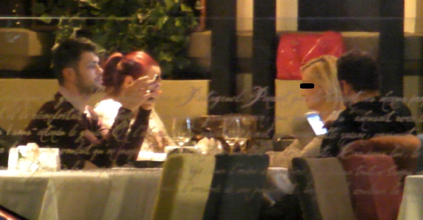 Marius butoneaza telefonul in timp ce iubita sa vorbea