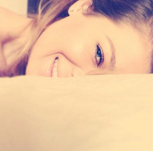 Gina Pistol s-a fotografiat dimineata, in pat