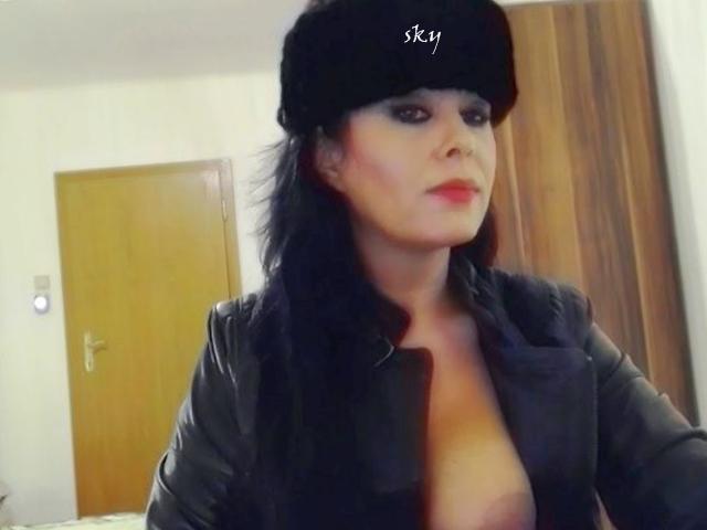 Mariana se imbraca sexy si se dezbraca lasciv, la videochat