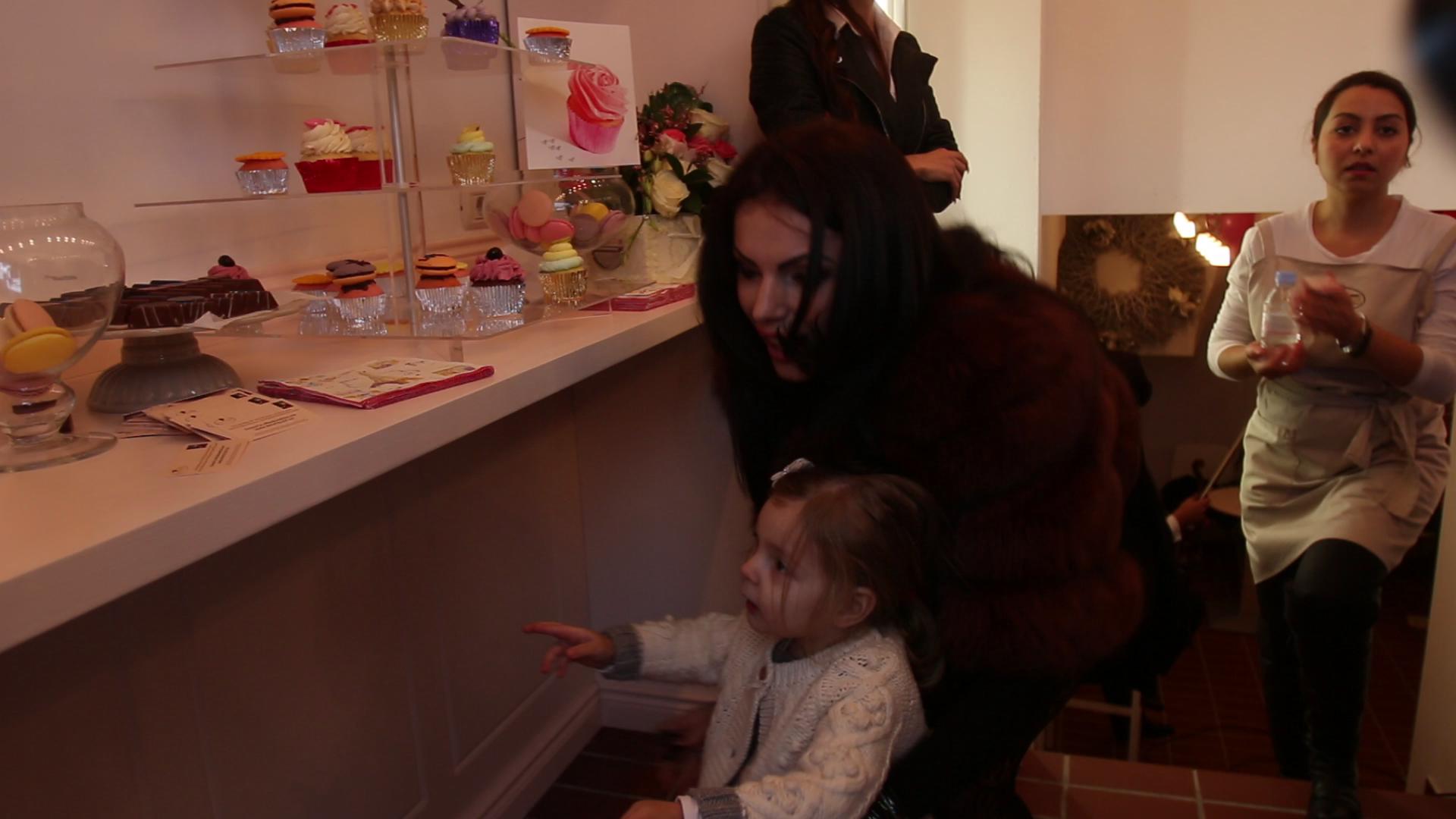 In masura in care ii permite evenimentul la care participa, Ramona merge intotdeauna insotita de fetita ei