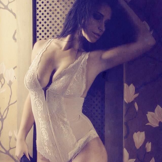 Cantareata nu se sfieste sa pozeze in ipostaze sexy, constienta de calitatile ei fizice sursa: Sindrum Media