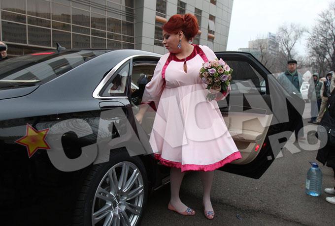 Oana Roman, intr-o rochie roz, a intarziat sfertul academic