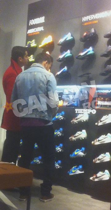 Fotbalistul a studiat oferta de incaltaminte sportiva din mall